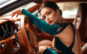 Fille de conduire Bentley voiture